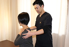 首こり・頭痛施術の様子
